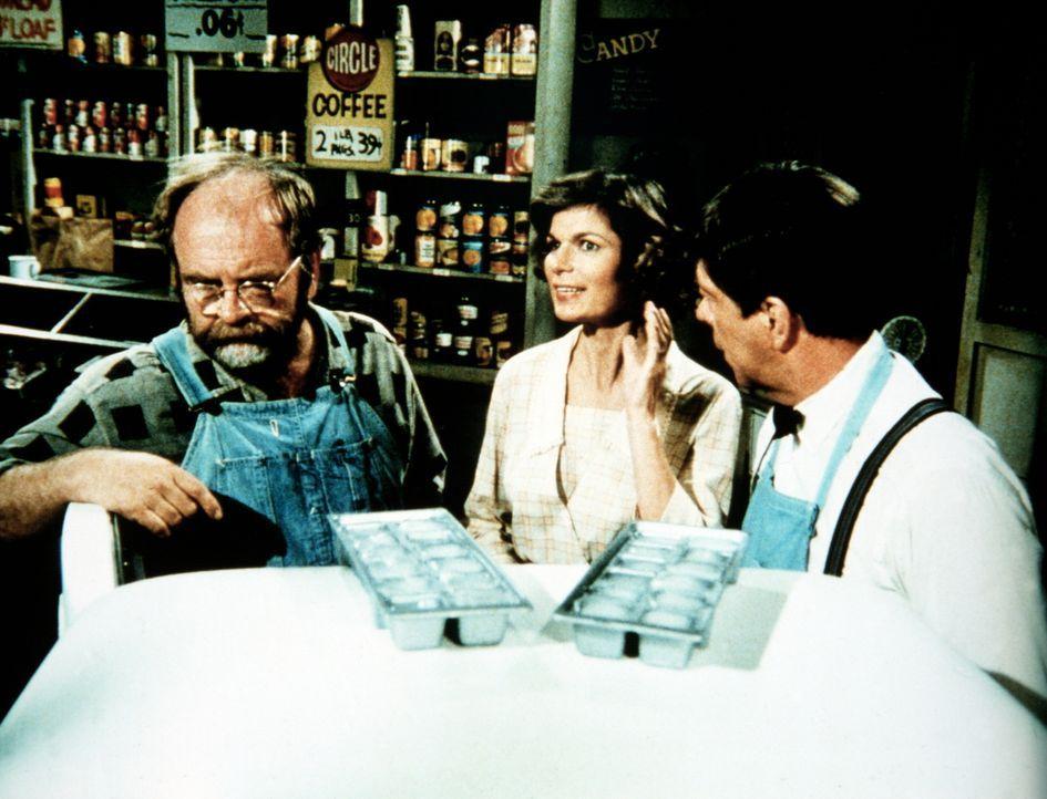 Ike Godsey (Joe Conley, r.) hat voreilig einen großen Posten Kühlschränke gekauft. Auch Corabeth (Ronnie Claire Edwards, M.) kann Horace (Wilford Br... - Bildquelle: WARNER BROS. INTERNATIONAL TELEVISION