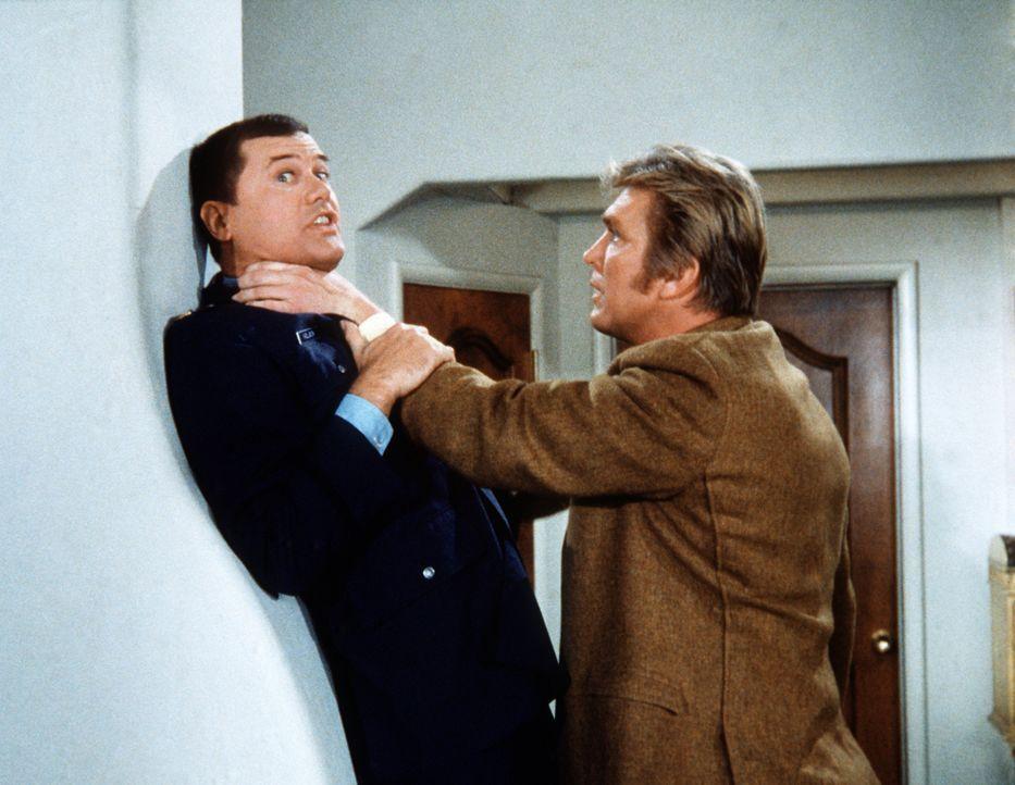 Tony (Larry Hagman, l.) hat Besuch von seiner Jugendliebe Bonnie, die aber auch ihren eifersüchtigen Ehemann Moose (Denny Miller, r.) mitgebracht ha... - Bildquelle: Columbia Pictures