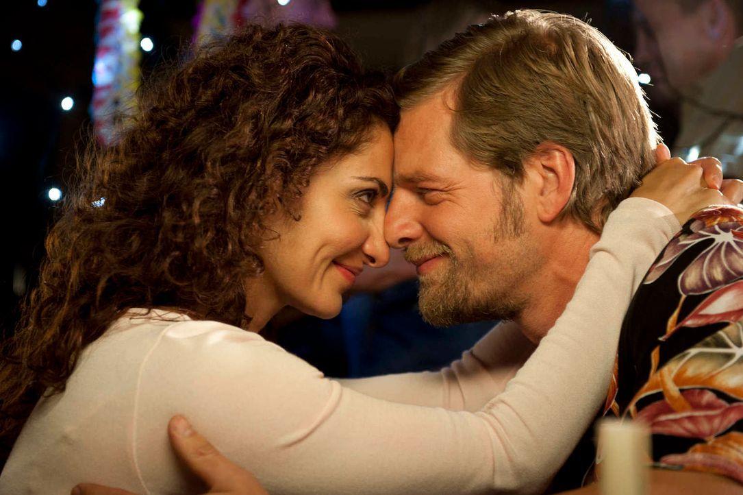 Mick (Henning Baum, r.) will Tanja (Proschat Madani, l.) zurück ins Leben holen und holt sie aus dem Krankenhaus. Dann allerdings übertreibt er es m... - Bildquelle: Martin Rottenkolber SAT.1