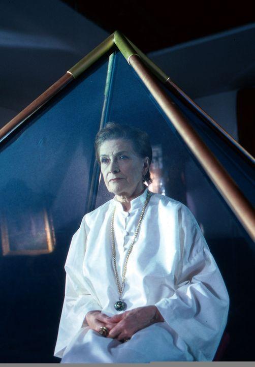 Gerda Baumann (Gisela Uhlen), die Mutter von Karin Friedl, kümmert sich nicht um die Tatsache, dass der Freund ihrer Tochter ermordet wurde, als Kar... - Bildquelle: Ali Schafler Sat.1