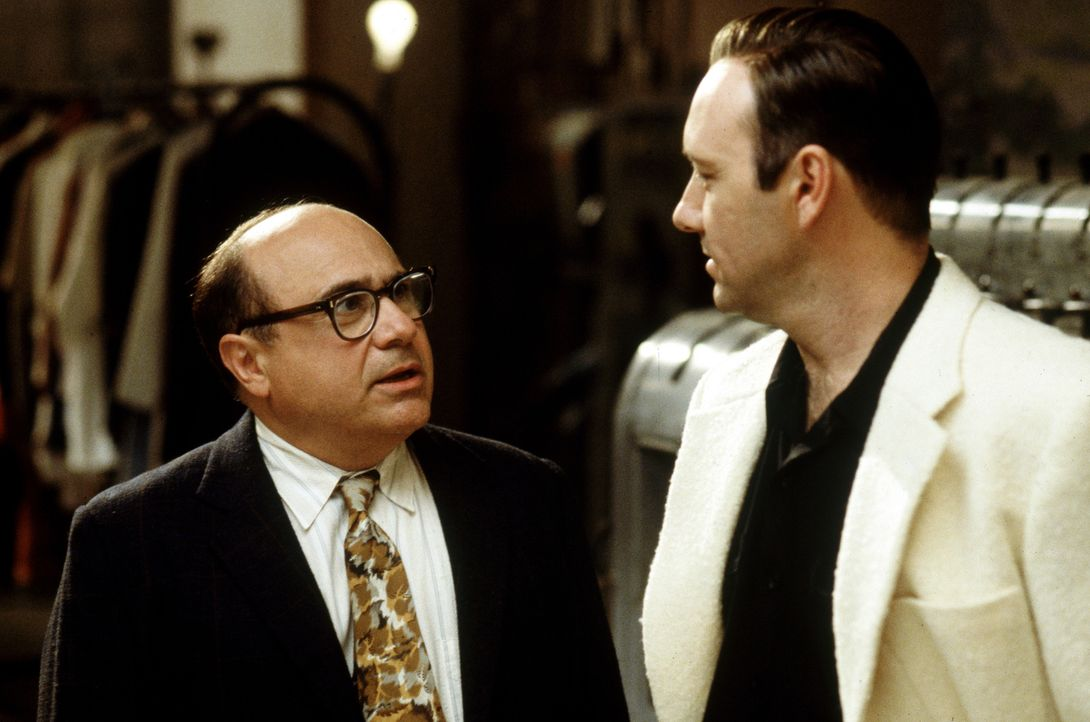 Sid Hudgens (Danny DeVito, l.); Jack Vincennes (Kevin Spacey, r.) - Bildquelle: 1997 Warner Bros. Entertainment Inc.  All rights reserved.
