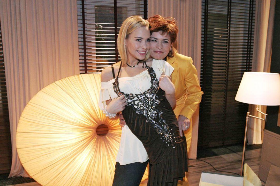 Kim (Lara-Isabelle Rentinck, l.) genießt ihre Ungebundenheit bei Sophie (Gabrielle Scharnitzky, r.) in vollen Zügen. - Bildquelle: Noreen Flynn Sat.1