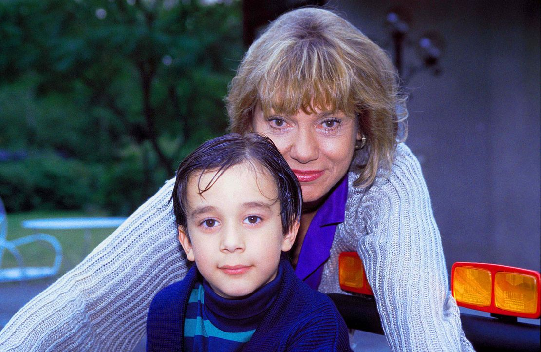 Mit vielen bösartigen Intrigen versucht die egoistische Dorothea Thorwald (Judy Winter, l.), dem kleinen Tobias (Raphael Ghobadloo, r.) den Vater zu... - Bildquelle: Horn-Link ProSieben