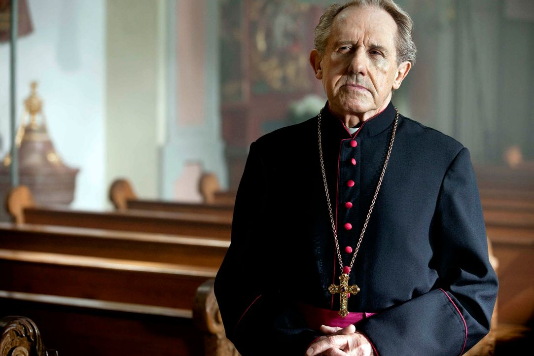 Der Bischof (Walter Hess) ist fest davon überzeugt, dass Online-Priester Gabriel seine Ängste überwinden und sich jetzt auf freier Wildbahn bewähren... - Bildquelle: Oliver Vaccaro SAT.1