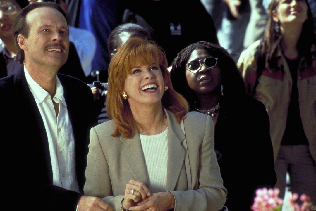 Dr. Peter Dorne (Dwight Schultz, l.) und Jennifer Hart (Stefanie Prowers, M.) betrachten das Glockenspiel auf dem Münchener Marienplatz ... - Bildquelle: Columbia Pictures