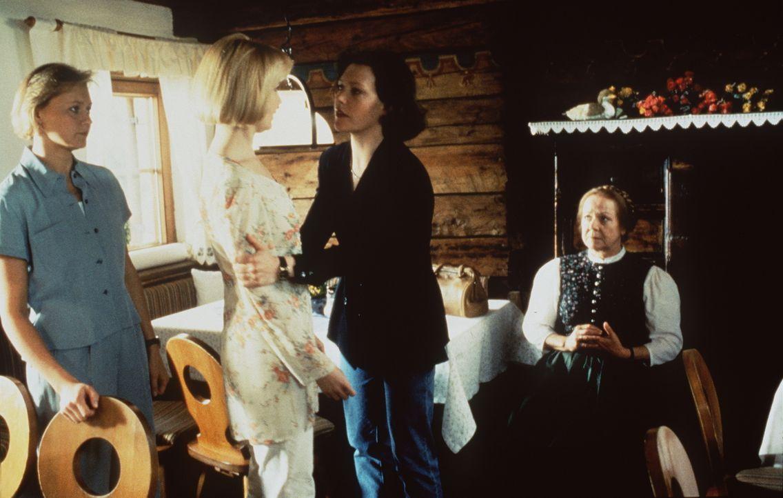 (v.l.n.r.) Christl Wild (Michaela Heigenhauser); Susanne (Verena Wengler); Lisa Brunner (Janina Hartwig); Franzi Pirchner (Enzi Fuchs) - Bildquelle: Beta Film GmbH