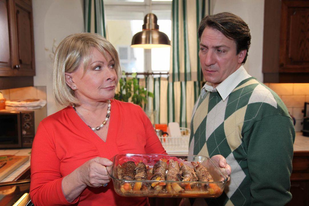 Als Chester erfährt, dass Herberts (Robert Palfrader, r.) Tante Hertha (Brigitte Neumeister, l.), die ihrem Neffen regelmäßig Rindsrouladen vorbeibr... - Bildquelle: Andrea Mayer-Rinner SAT.1