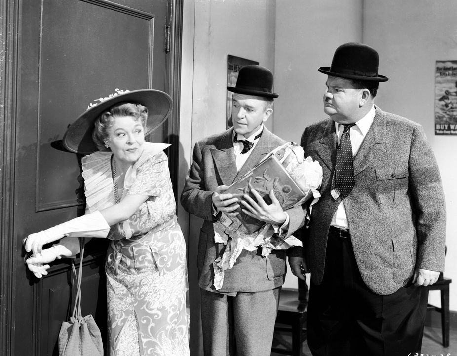 (v.l.n.r.) Elvira Hawkley (Mary Boland); Stan (Stan Laurel); Oliver (Oliver Hardy) - Bildquelle: 1944 Turner Entertainment Co. All rights reserved.
