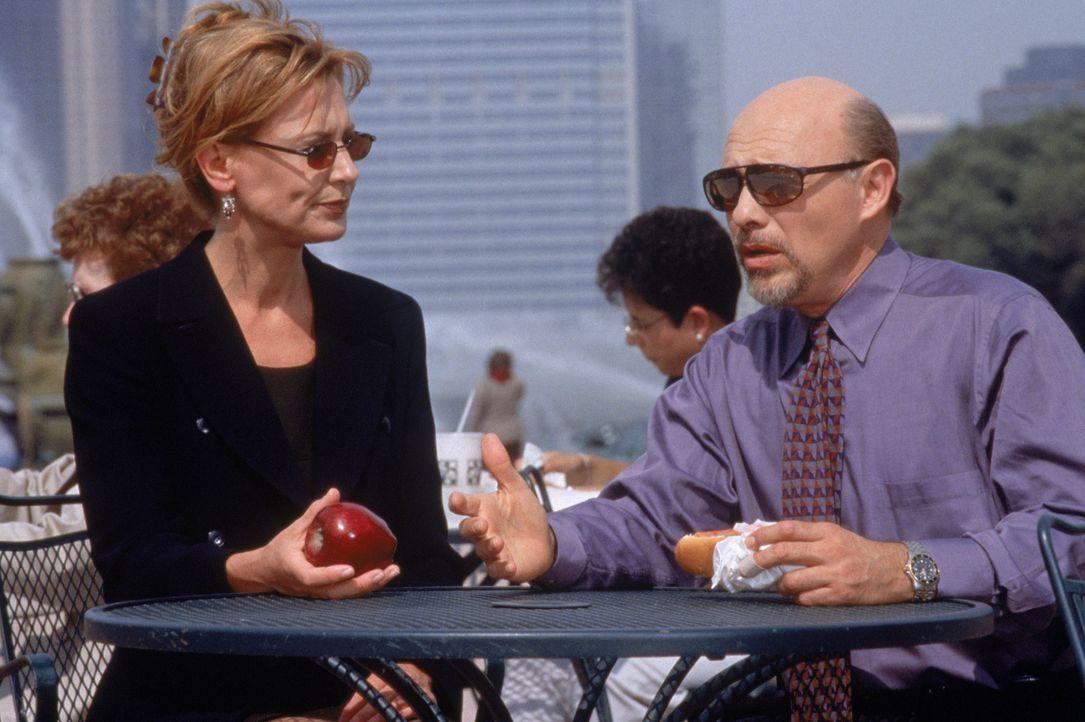 Dr. Kathryn Austin (Christine Lahti, l.); Dr. Phillip Watters (Hector Elizondo, r.) - Bildquelle: 1999 Twentieth Century Fox Film Corporation.  All rights reserved.