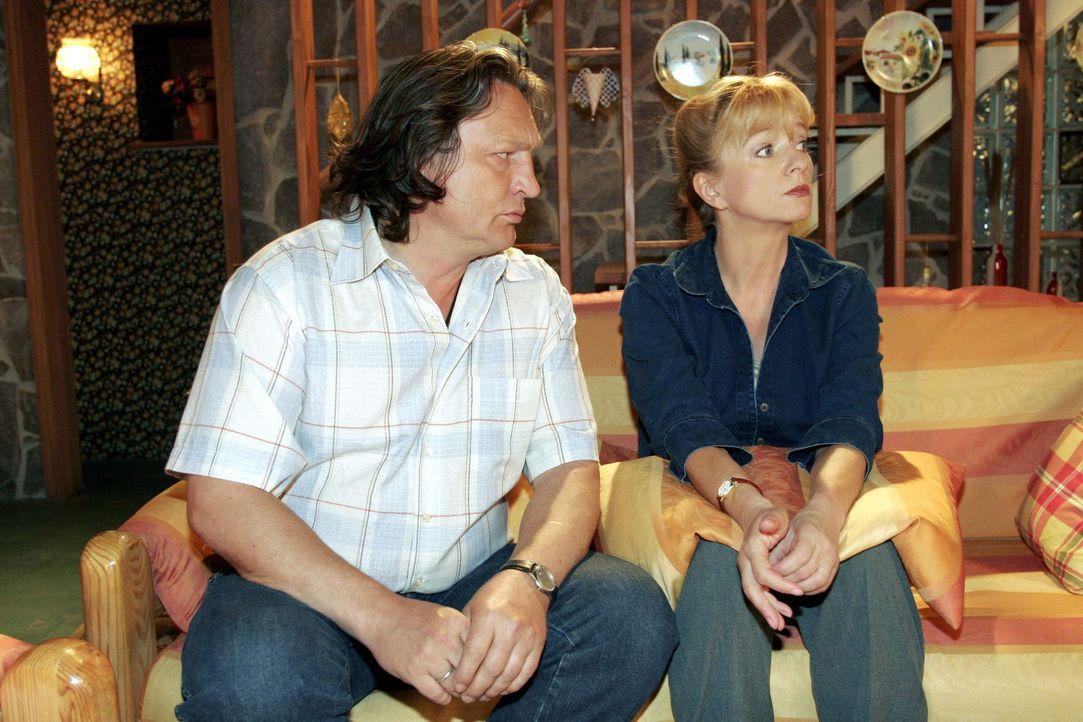 Helga (Ulrike Mai, r.) war allein zu Haus - und macht Bernd (Volker Herold, l.) wegen seines Wegbleibens nach Feierabend Vorwürfe - schließlich hat... - Bildquelle: Noreen Flynn Sat.1