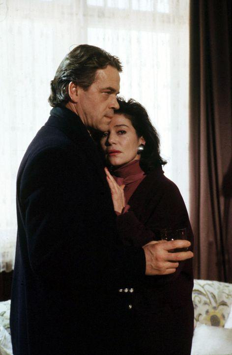 Nina Kaufmann (Hannelore Elsner, r.) weiß, dass Kommissar Wolff (Jürgen Heinrich, l.) dahintergekommen ist, dass sie ihren Schwiegervater erschossen... - Bildquelle: Alfred Raschke Sat.1
