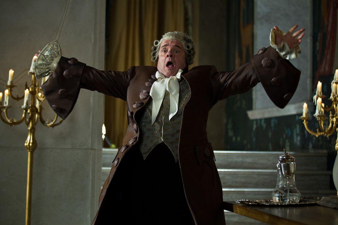 Strafe muss sein! Diener Brighton (Nathan Lane) wird für seinen Ungehorsam in eine Kakerlake verwandelt ... - Bildquelle: Jan Thijs STUDIOCANAL / Jan Thijs
