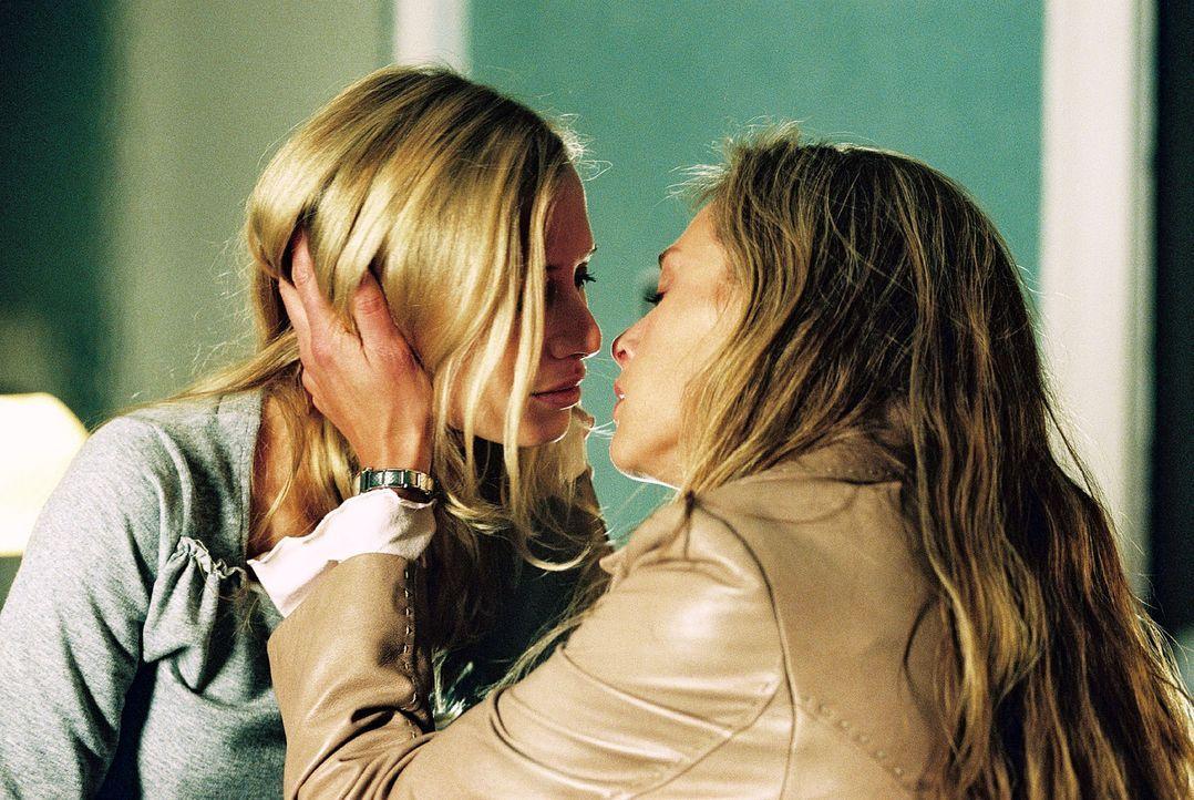 Katrin (Sophie von Kessel, r.) und Siska (Nadeshda Brennicke, l.) werden von einer ungestühmen Leidenschaft für einander erfasst. - Bildquelle: Christian A. Rieger Sat.1
