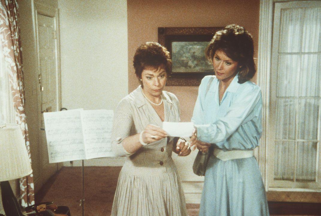 Die ahnungslose Millicent (Jenny O'Hara, l.) beherbergt einen tot geglaubten Terroristen. Amanda (Kate Jackson, r.) kann es nicht glauben ...