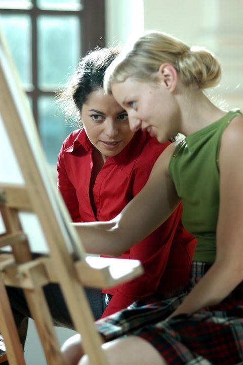 Die beiden Studentinnen der Kunstakademie, Nihan (Türkiz Talay, l.) und Simone (Victoria Deutschmann, r.), haben einfach kein Glück mit den Männern.... - Bildquelle: Willi Weber ProSieben