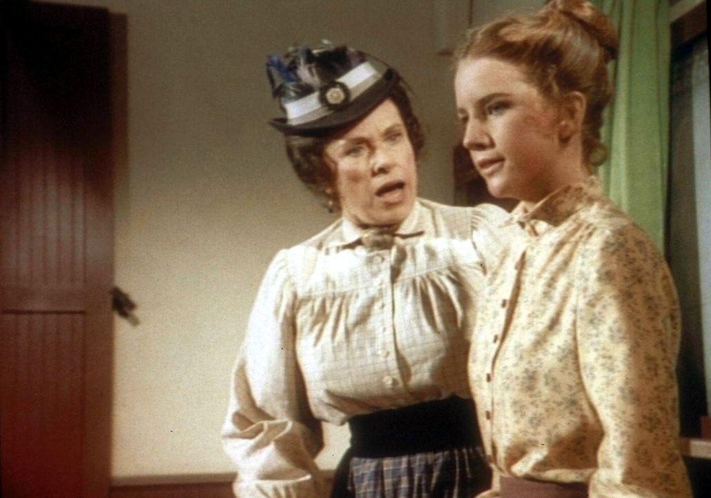 Laura (Melissa Gilbert , r.) platzt vor Wut, denn Mrs. Oleson (Katherine MacGregor, l.) kritisiert in sehr unsachlicher Weise ihren Unterricht. - Bildquelle: Worldvision