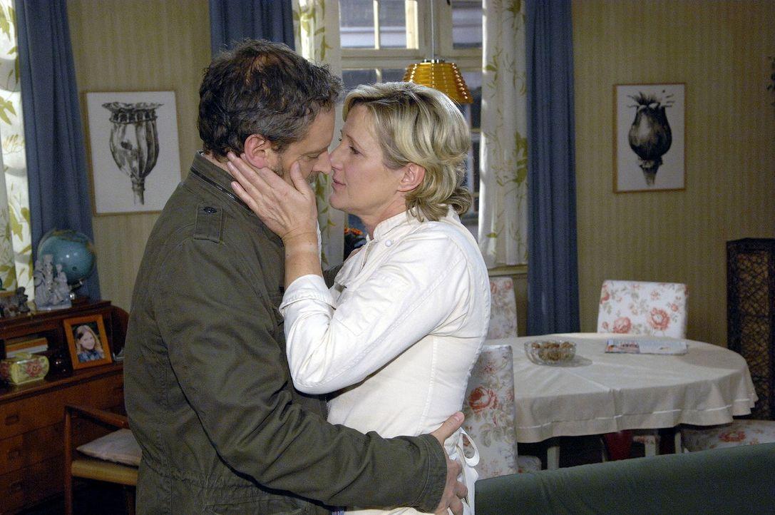 Während Susanne (Heike Jonca, r.) und Ulrich (Wolfgang Wagner, l.) sich küsssen, werden sie von Armin überrascht... - Bildquelle: Claudius Pflug Sat.1