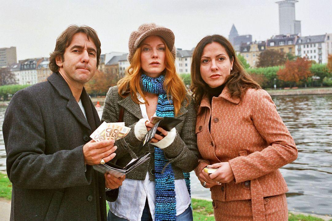 René (Dieter Landuris, l.), Sandra (Esther Schweins, M.) und Andrea (Simone Thomalla, r.) wollen Gosslar sein Geld wiedergeben. - Bildquelle: Jacqueline Krause-Burberg Sat.1