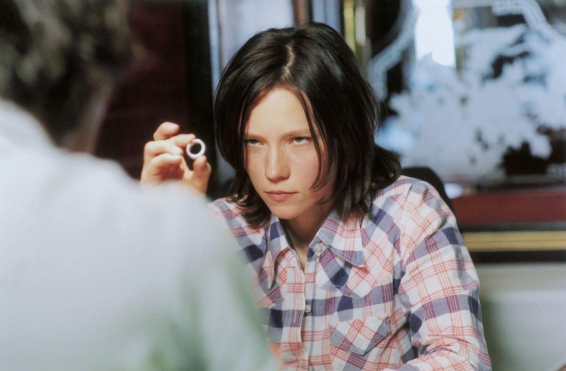 An ihrem 23. Geburtstag erfährt die attraktive Julia (Sabine Timoteo, r.), dass ihr Freund Patrick (Knut Berger, l.) sie verlassen wird. Doch so lei... - Bildquelle: David Baltzer ProSieben