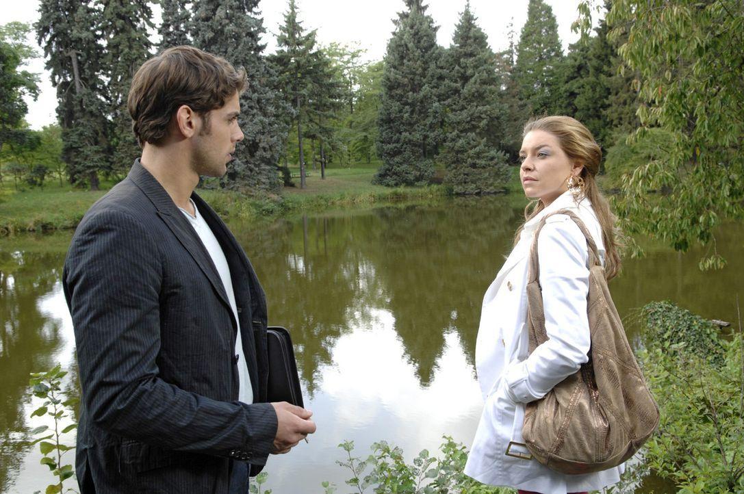 Jonas (Roy Peter Link, l.) ist überrascht, Katja (Karolina Lodyga, r.) an dem besonderen Ort anzutreffen. - Bildquelle: Claudius Pflug Sat.1