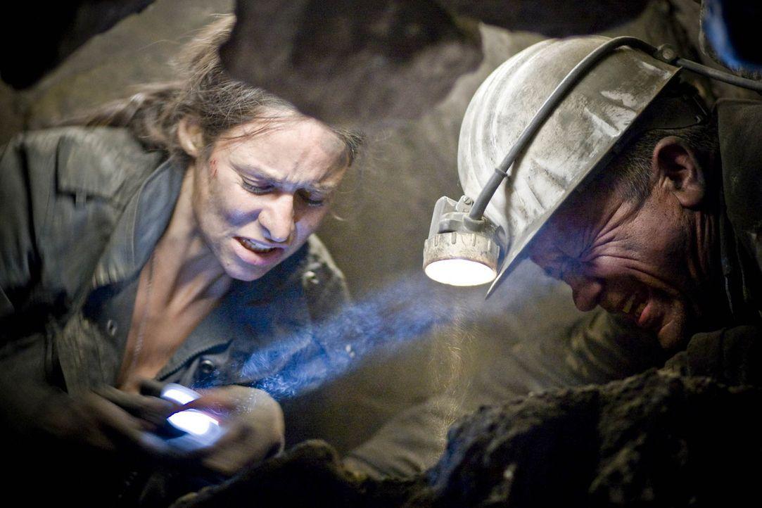 Können Horst (Christian Grashof, r.) und seine Tochter Nina (Liane Forestieri, l.) den Einsturz des Städtchens noch verhindern? Ein gnadenloser Wett... - Bildquelle: Guido Engels ProSieben