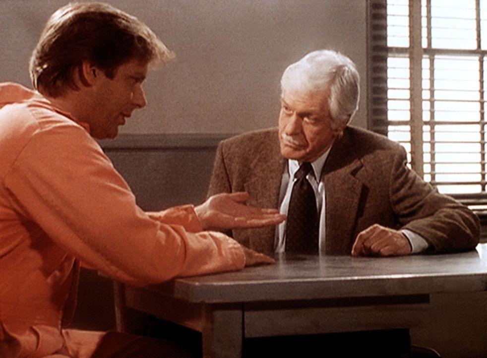 Tod Grimes (Scott Bryce, l.) wird des Mordes an seiner Frau Kim angeklagt. Mark (Dick Van Dyke, r.), der an seine Unschuld glaubt, versucht, den wah... - Bildquelle: Viacom