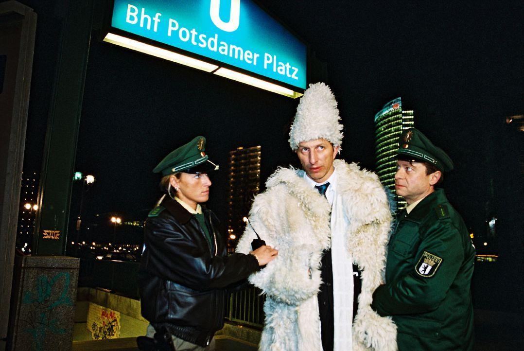 Als Inspektor Rolle (Rufus Beck, M.) auf dem Weg zu einer Modenschau beim Urinieren an eine Plakatwand erwischt wird, kennen die beiden Polizisten k... - Bildquelle: Hardy Spitz Sat.1