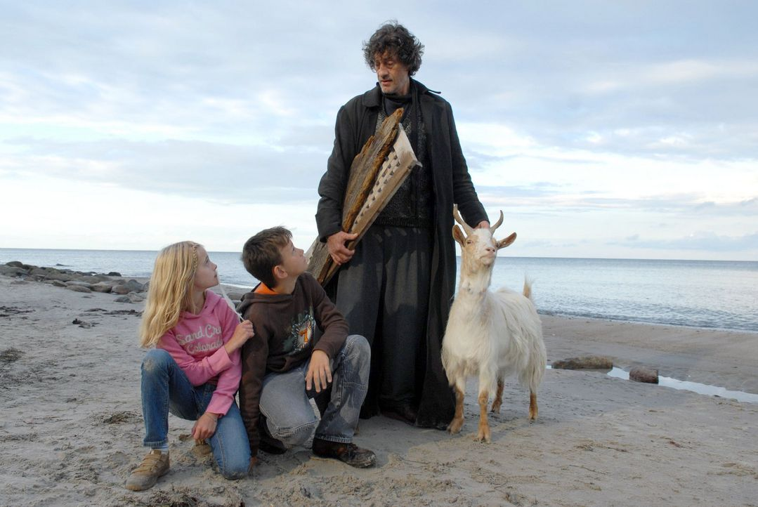 Am Strand treffen Klara (Helena Siegmund-Schultze, l.) und ihr Cousin Kevin (Jannik Werner, M.) auf Hinnerk (Winfried Glatzeder, r.), den alle den G... - Bildquelle: Susanne Dittmann Sat.1