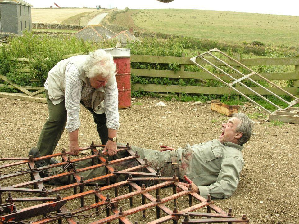Als Phil Pratt (Roger Lloyd Pack, r.) auf seinem Hof verunglückt, ist Tante Joan (Stephanie Cole, l.) als seine direkte Nachbarin sogleich zur Stell... - Bildquelle: BUFFALO PICTURES/ITV