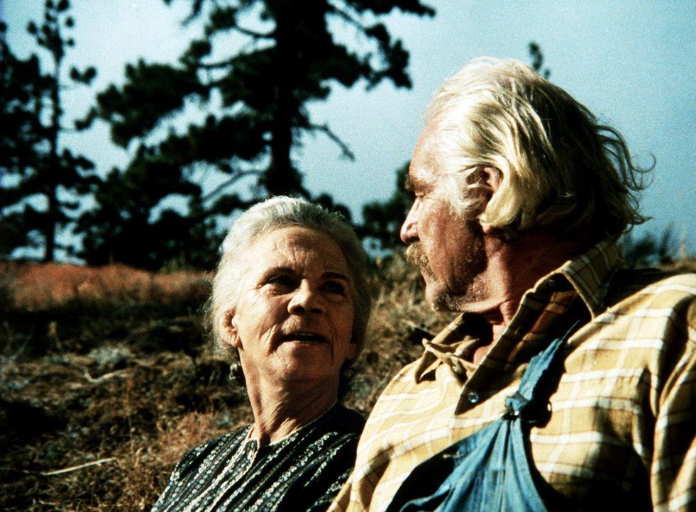 Großvater Sam (Will Geer, r.) und Großmutter Ester (Ellen Corby, l.) feiern ihre Goldene Hochzeit und gehen an den Ort an dem sie sich das Ja-Wort g... - Bildquelle: WARNER BROS. INTERNATIONAL TELEVISION