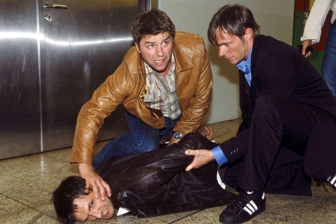 Jupp (Uwe Fellensiek, M.) und Falk (Dirk Martens, r.) werden als ortskundige Berater zu einer Zugriffsaktion des LKA hinzugezogen. Festgenommen werd... - Bildquelle: Münstermann Sat.1
