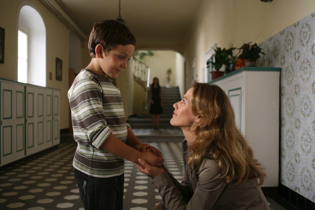 Esther (Alexandra Neldel, r.) hat Adrian (Konstantin Reichmuth, l.) in ihr Herz geschlossen und besucht ihn in der Kinderstiftung der Familie. - Bildquelle: Petro Domenigg Sat.1