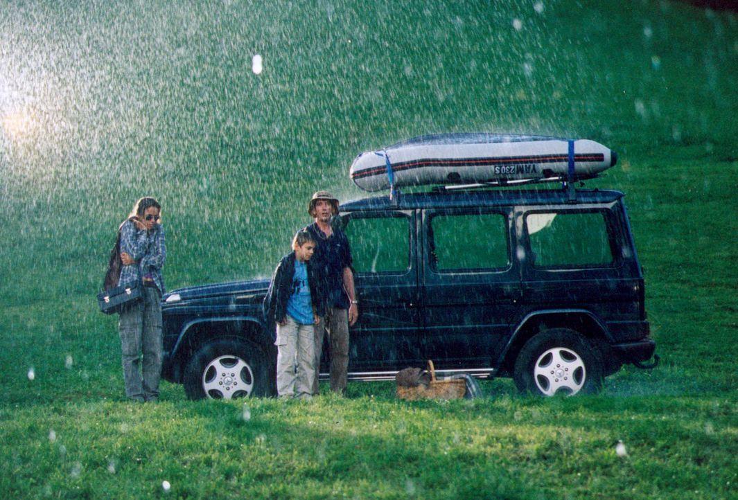 Ein sommerlicher Platzregen unterbricht das Picknick von Daniel (Heio von Stetten, r.), seinem Sohn Patrick (Marco Bretscher, M.) und Sophie (Anne-M... - Bildquelle: Erika Hauri Sat.1
