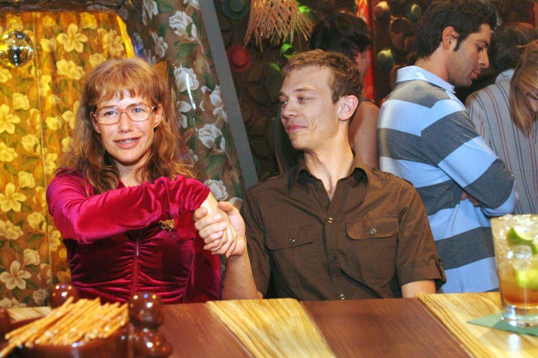 Wetten, dass... Lisa (Alexandra Neldel, l.) ist - im Gegensatz zu Jürgen (Oliver Bokern, r.) - davon überzeugt, dass sie ihr Figurproblem innerhalb... - Bildquelle: Monika Schürle Sat.1