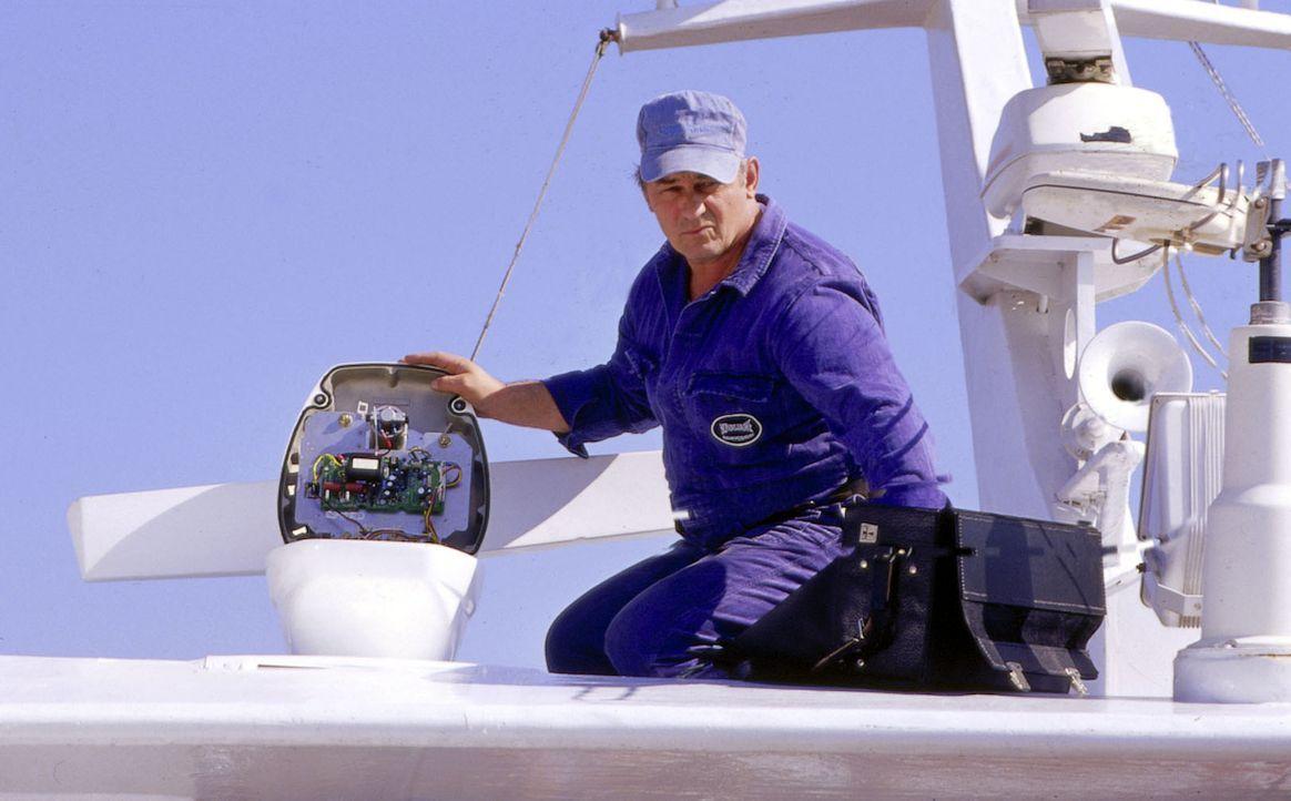 Alexander Yorck (Heinz Hoenig) führt ein Doppelleben als Versicherungsvertreter und Auftragskiller. In Lissabon manipuliert er den Radar eines Schif... - Bildquelle: Susanne Michl Sat.1