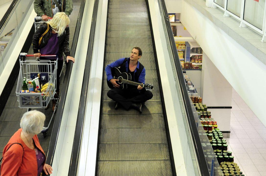 Mit seinen alten Hits, die er auch in Einkaufspassagen spielt, versucht der bisher erfolglose Sänger Martin (Ralf Bauer) seine Karriere voranzutreib... - Bildquelle: Christiane Pausch Sat.1