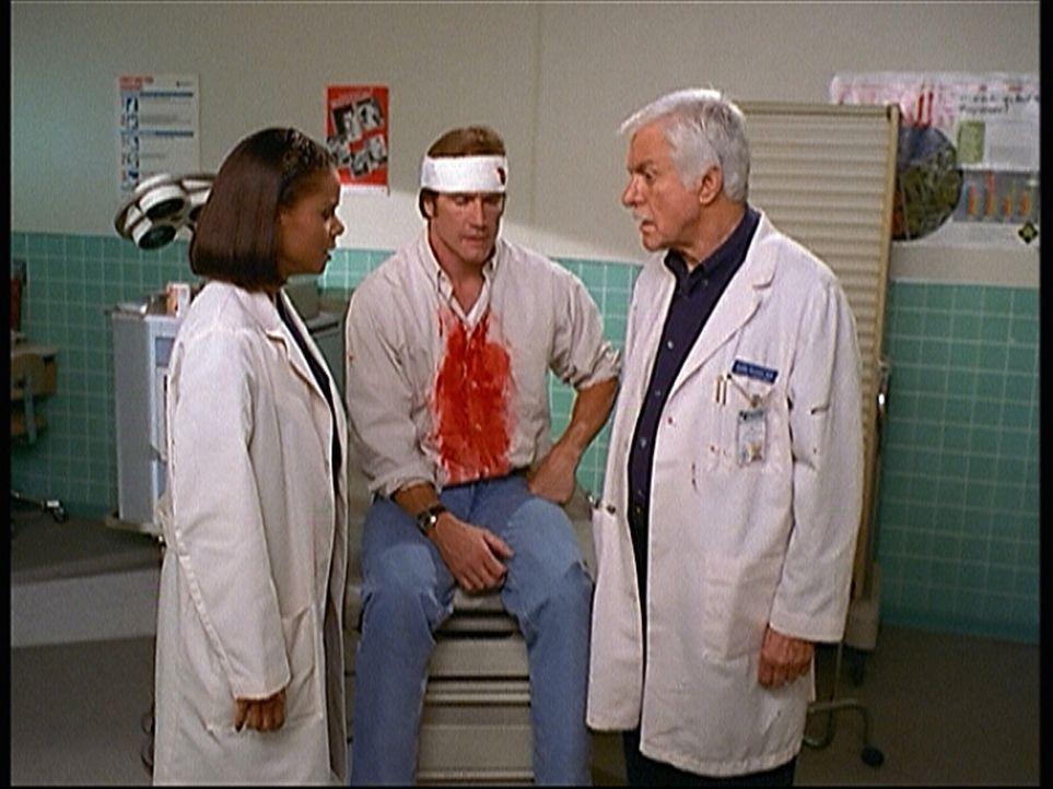 Steve (Barry Van Dyke, M.) hat keine Lust mehr, bei der Katastrophenübung den Schwerverletzten zu spielen. Doch Amanda (Victoria Rowell, l.) und Mar... - Bildquelle: Viacom