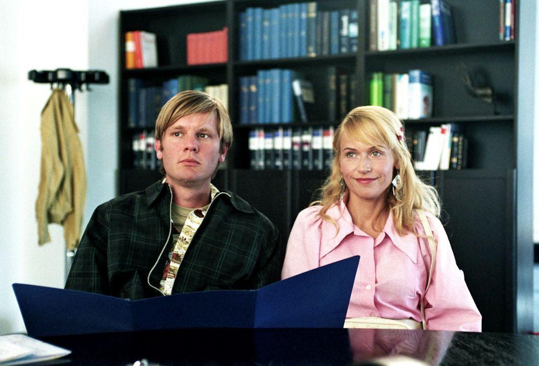 Katrin (Anica Dobra, r.) möchte mit Anfang 20 unbedingt Kinder. Da ihr Mann Martin (Kai Ivo Baulitz, l.) zeugungsunfähig ist, entschließen sich die... - Bildquelle: Gordon Mühle Sat.1