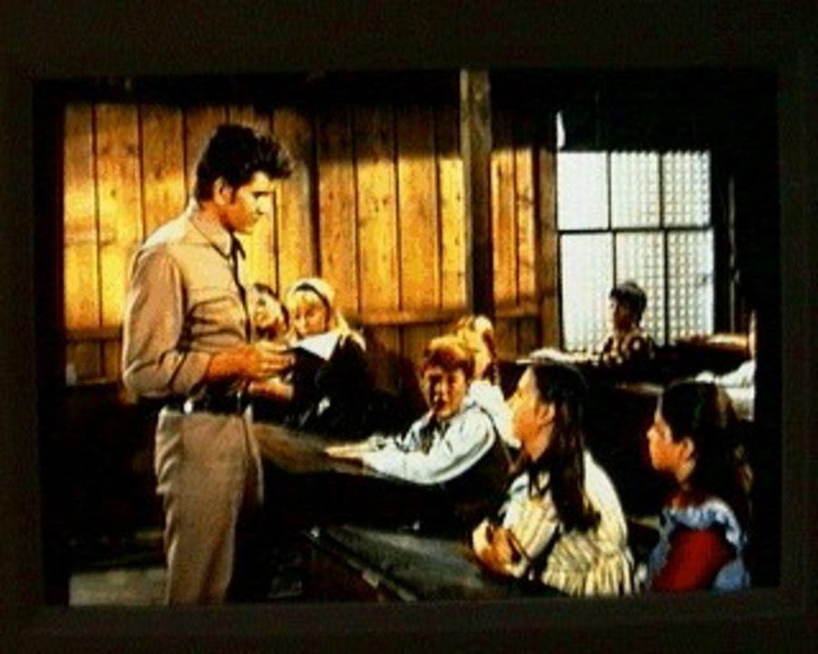 Little Joe (Michael Landon, l.) ist als Vertretung für die Lehrerin Abby eingesprungen, die sich bei einem Ausritt auf seinem Pferd den Knöchel verl... - Bildquelle: Paramount Pictures