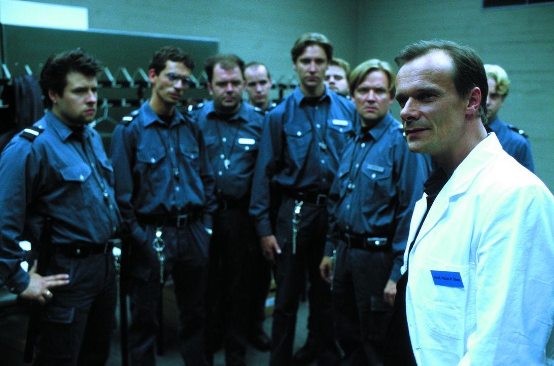 """""""Sie spielen keine Wärter, sie sind jetzt Wärter"""". Professor Klaus Thon (Edgar Selge, r.) macht den Aufsehern, darunter Eckert (Timo Dierkes, 3.v.l.... - Bildquelle: SENATOR FILM Alle Rechte vorbehalten"""