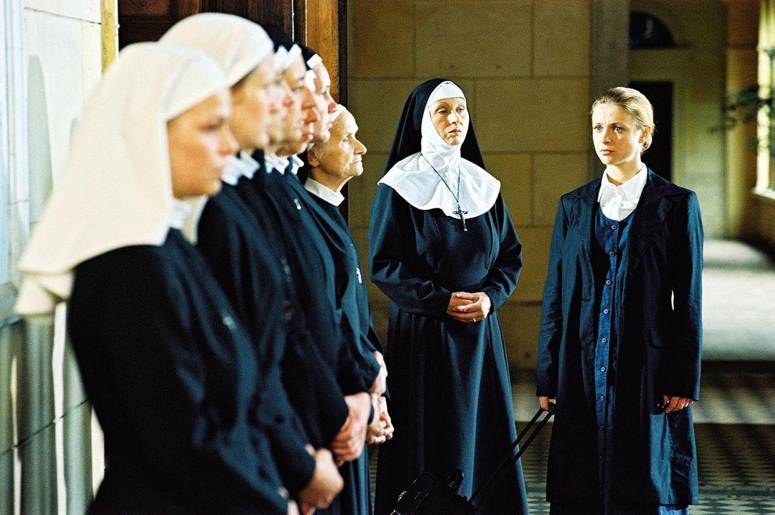 Nach dem Bekanntwerden von Klaras (Julia Brendler, r.) Schwangerschaft, fordern die Frau Oberin und die anderen Klosterschwestern ihre Mitschwester... - Bildquelle: Hardy Spitz Sat.1
