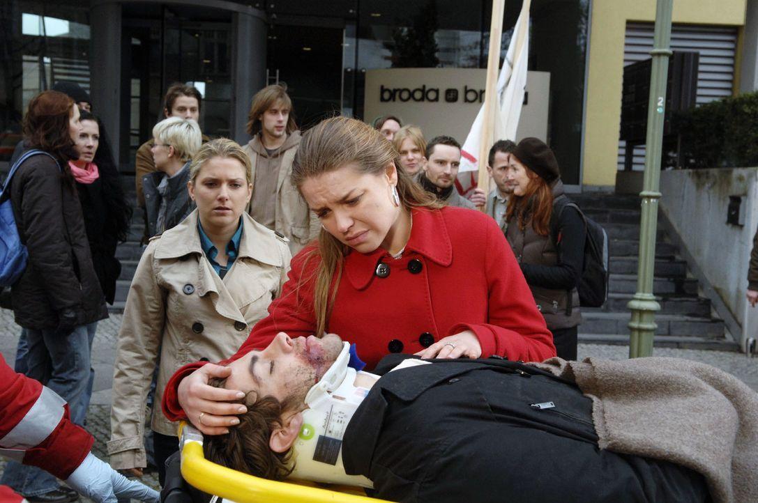 Anna (Jeanette Biedermann, l.) und Katja (Karolina Lodyga, r.) müssen zusehen, wie Jonas (Roy Peter Link, M.) mit Blaulicht ins Krankenhaus gebracht... - Bildquelle: Claudius Pflug Sat.1