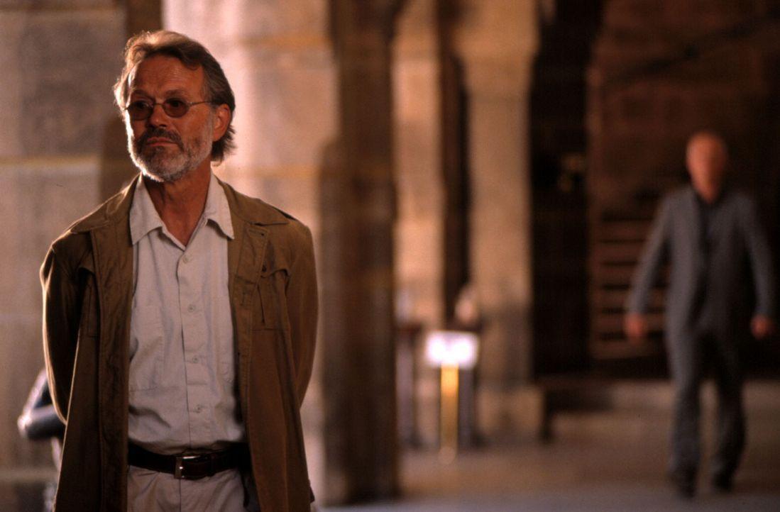 In seiner langjährigen Erfahrung als Ausgrabungsleiter ist Professor Wilfort (Heinrich Giskes) so etwas niemals untergekommen: eine versunkene Grabs... - Bildquelle: Gordon ProSieben