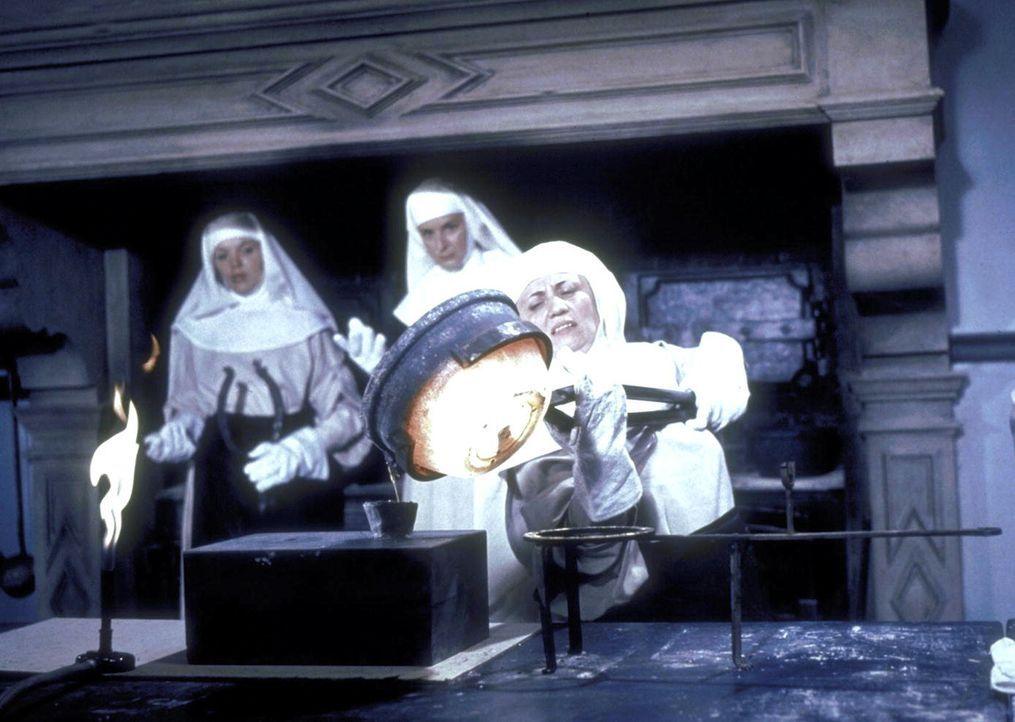 Die Nonnen schmelzen Goldbarren ein ... - Bildquelle: Constantin Film