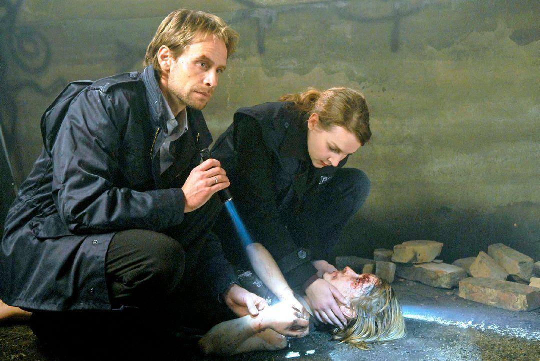In einem stillgelegten Wasserwerk finden Philip (Julian Weigend, l.) und Marie (Jana Klinge, r.) den regungslosen Körper von Lena ... - Bildquelle: Christoph Assmann Sat.1
