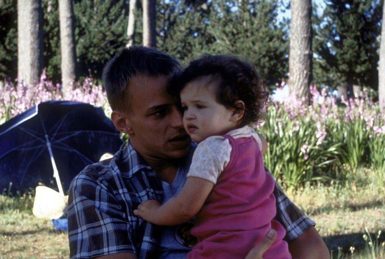 Seit Oliver (Tom Wlaschiha) die kleine Astrid als Babysitter hütet, kann er sich vor Angeboten kaum mehr retten ... - Bildquelle: David Bloomer ProSieben