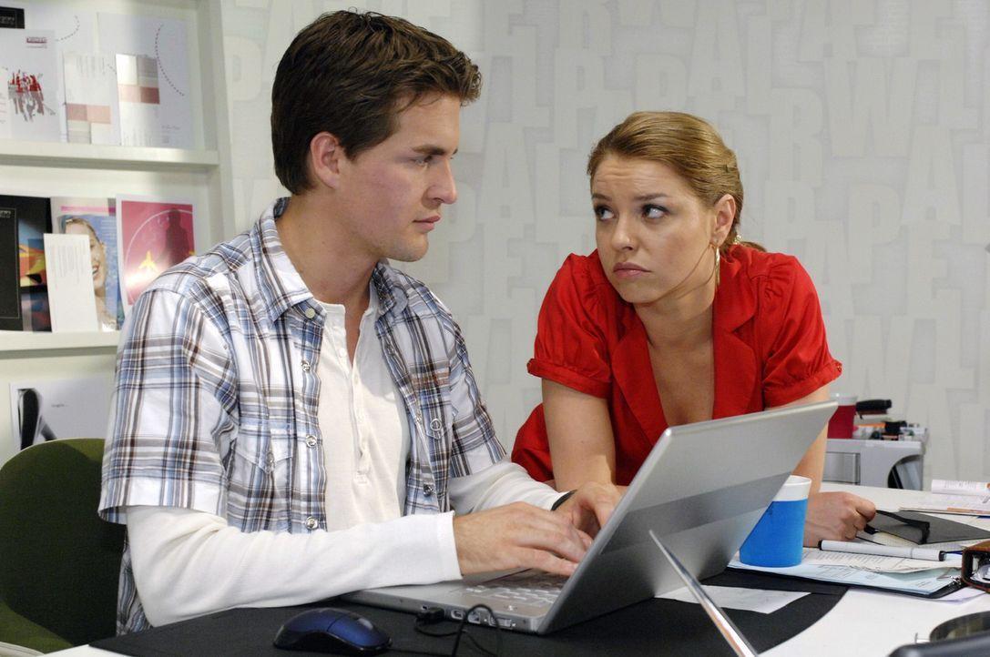 Katja (Karolina Lodyga, r.) setzt alles daran, Lars (Alexander Klaws, l.) beim Rekonstruieren der Daten abzulenken. - Bildquelle: Oliver Ziebe Sat.1