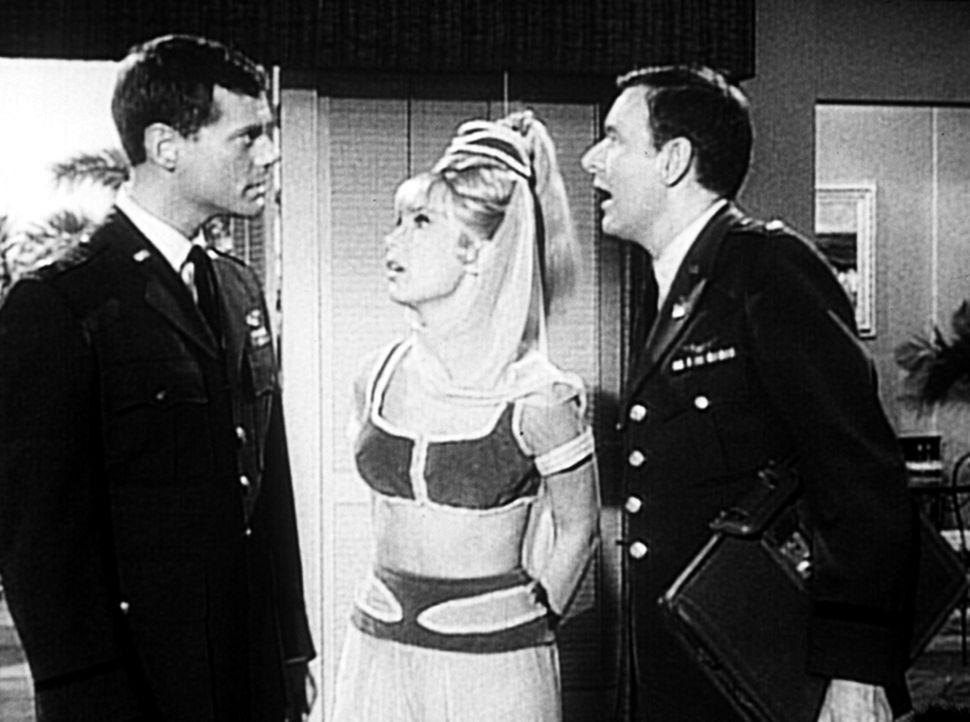 Tony (Larry Hagman, l.) und Roger (Bill Daily, r.) fliegen zu den Flugbasen Nelly und Sted - Jeannie (Barbara Eden, M.) will natürlich mit. - Bildquelle: Columbia Pictures