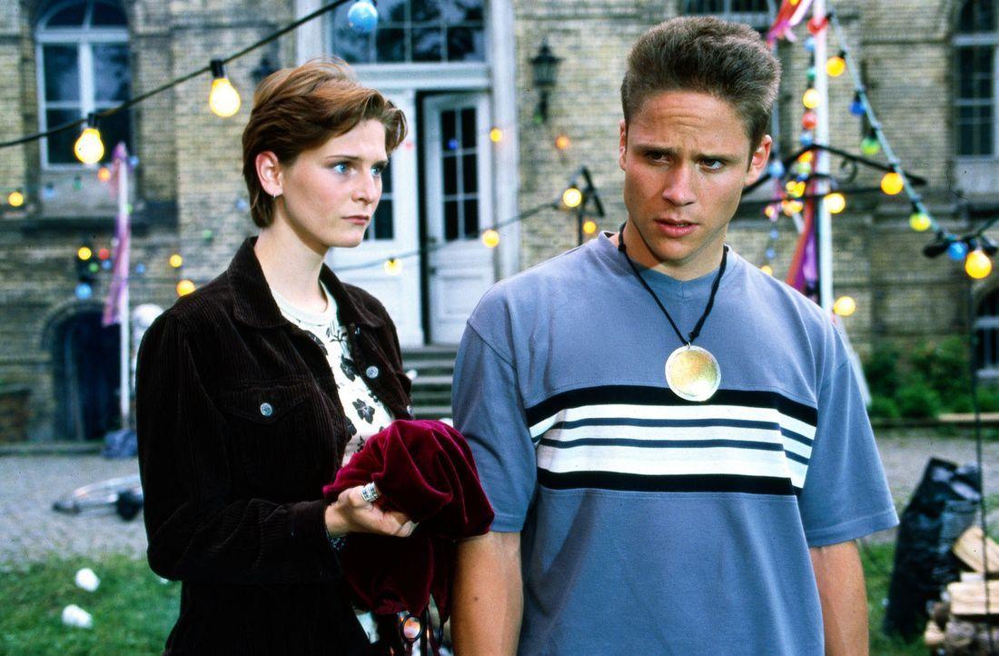 Dennis (Maximilian Cress, r.) wollte seiner Freundin Sandra (Jenny Slawik, l.) ein besonderes Geschenk zum Geburtstag machen. Da er das Kleid nicht... - Bildquelle: Noreen Flynn Sat.1