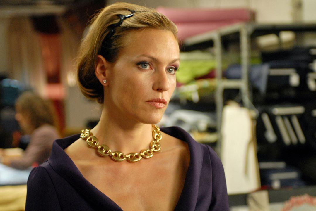 Bellas Chefin Katja (Nina Kronjäger) ist völlig ausgebrannt, gute Mode hat sie schon lange nicht mehr entworfen. Da kommt ihr das unscheinbare, aber... - Bildquelle: Reiner Bajo ProSieben